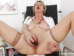 If there is someone who knows how to make excellent use of a lunch break, it's Ester. This babe knows it's heavy to discover time at dwelling to have sex, or even to please herself. That's why this babe lies on the hospital bed, with her legs wide apart a